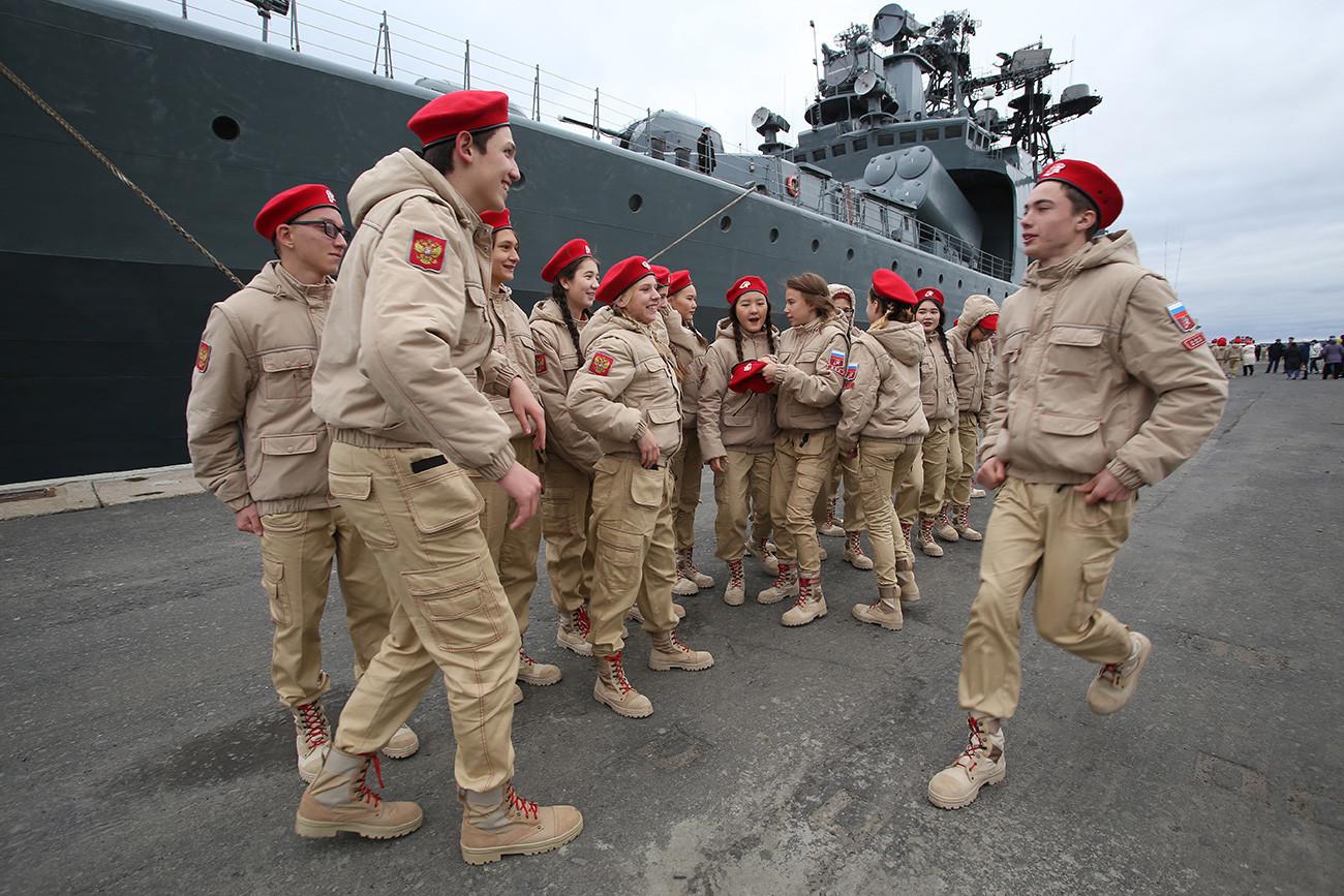Sebuah seremoni pelantikan kadet baru ke dalam organisasi pemuda Yunarmiya (Gerakan Nasional Tentara Militer Muda Rusia) di atas kapal perang antikapal selam Severomorsk milik Armada Utara Rusia di kota Dudinka.