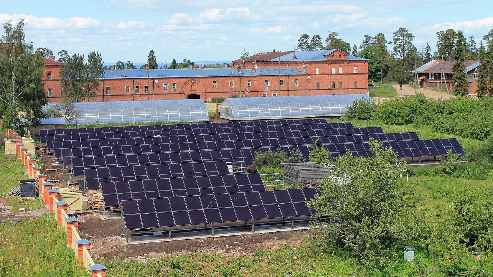 Слънчевата централа на остров Валаам осигурява енергия за парниците на манастира.