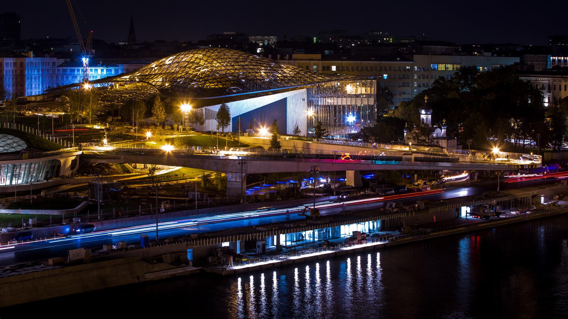 """Изглед към московския парк """"Зарядие"""" по време на строежа му близо до Кремъл"""