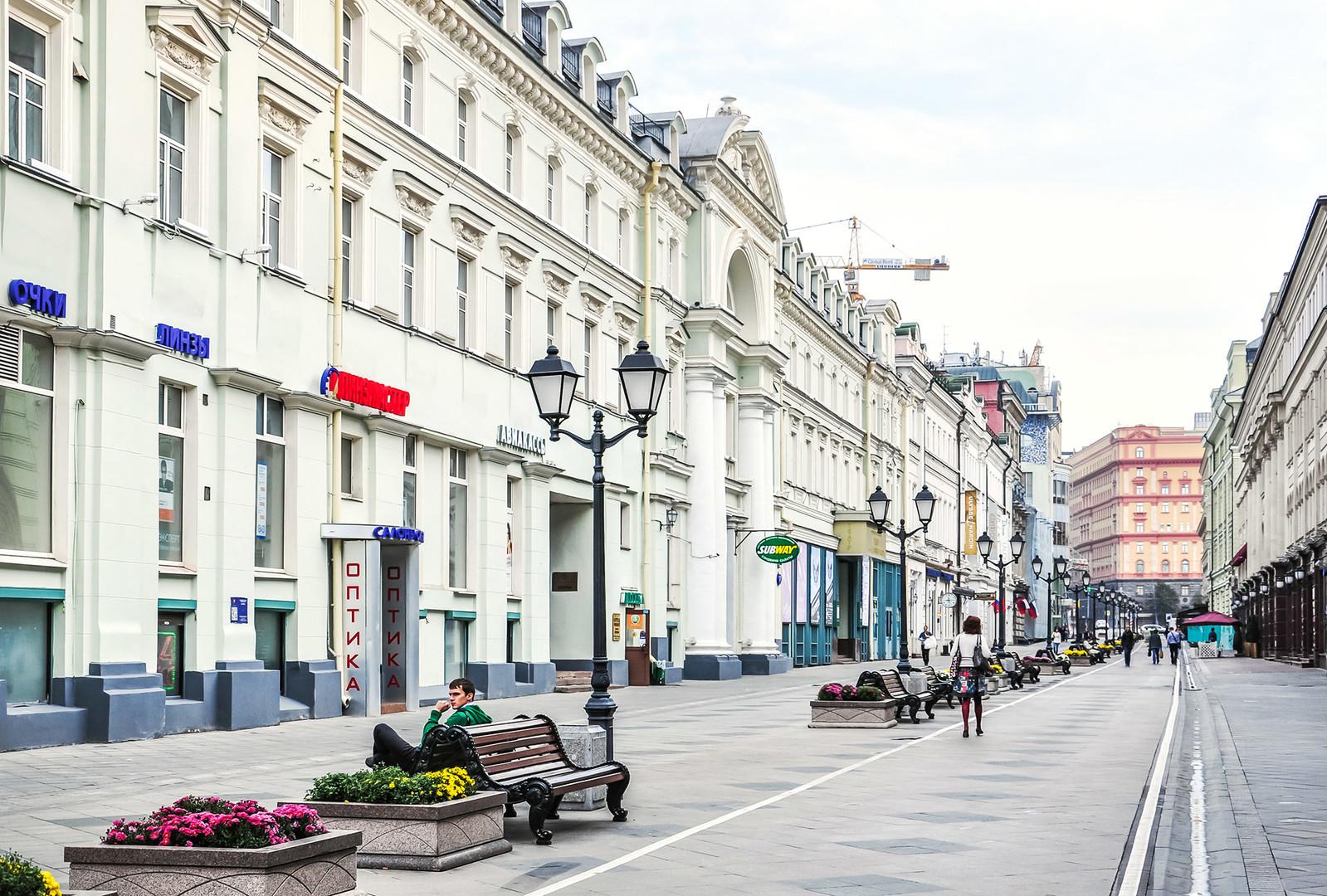 La calle Nikólskaia y el complejo de edificios del antiguo restaurante y hotel Slavianski Bazar