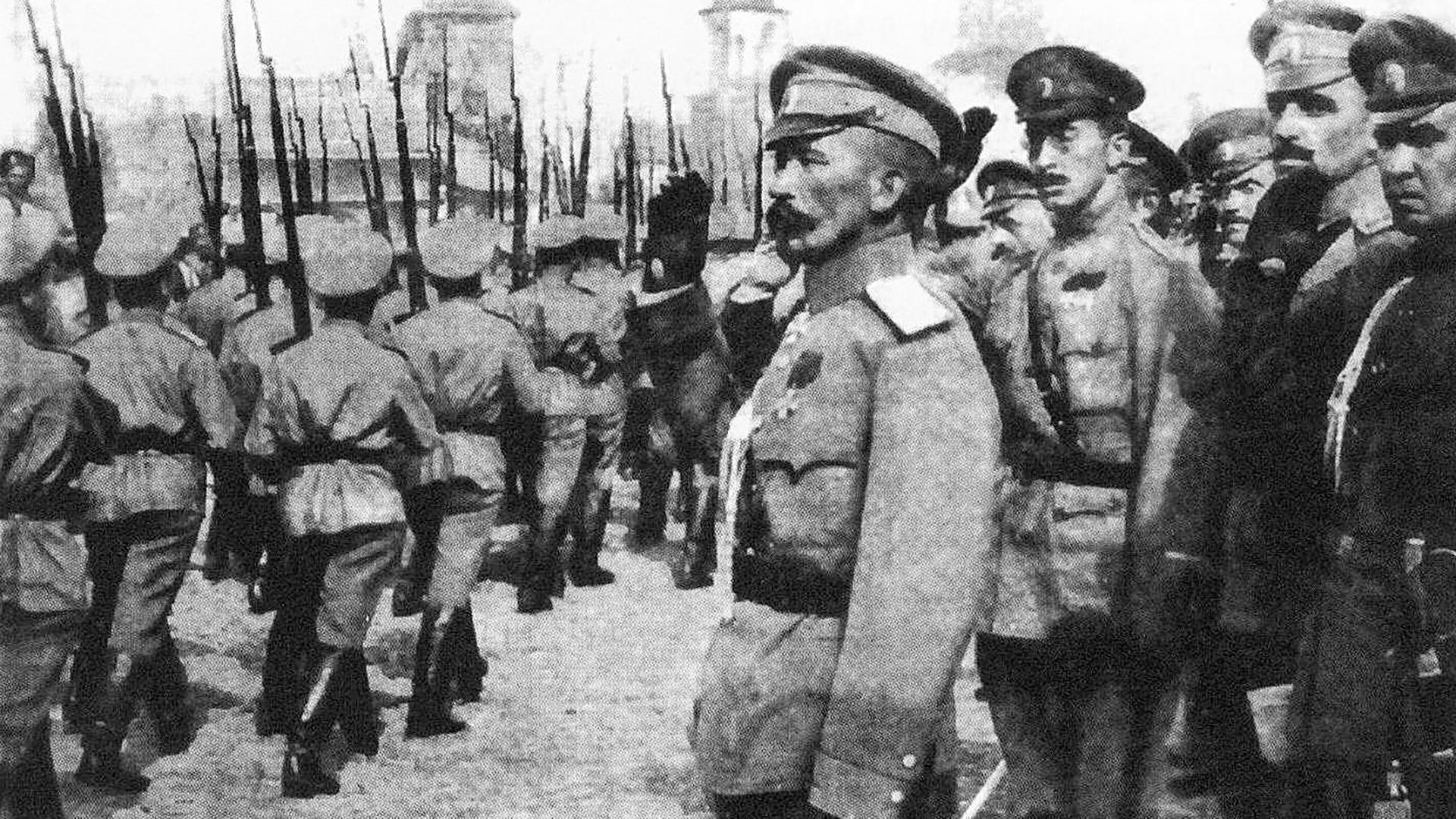 Lavr Kornilov med pregledom čete 1917.