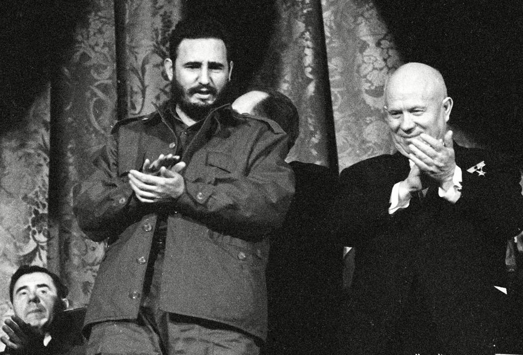 Fidel Castro (esq.) com Nikita Khruschov no Teatro Bolshoi, em Moscou, em 1 de maio de 1963.