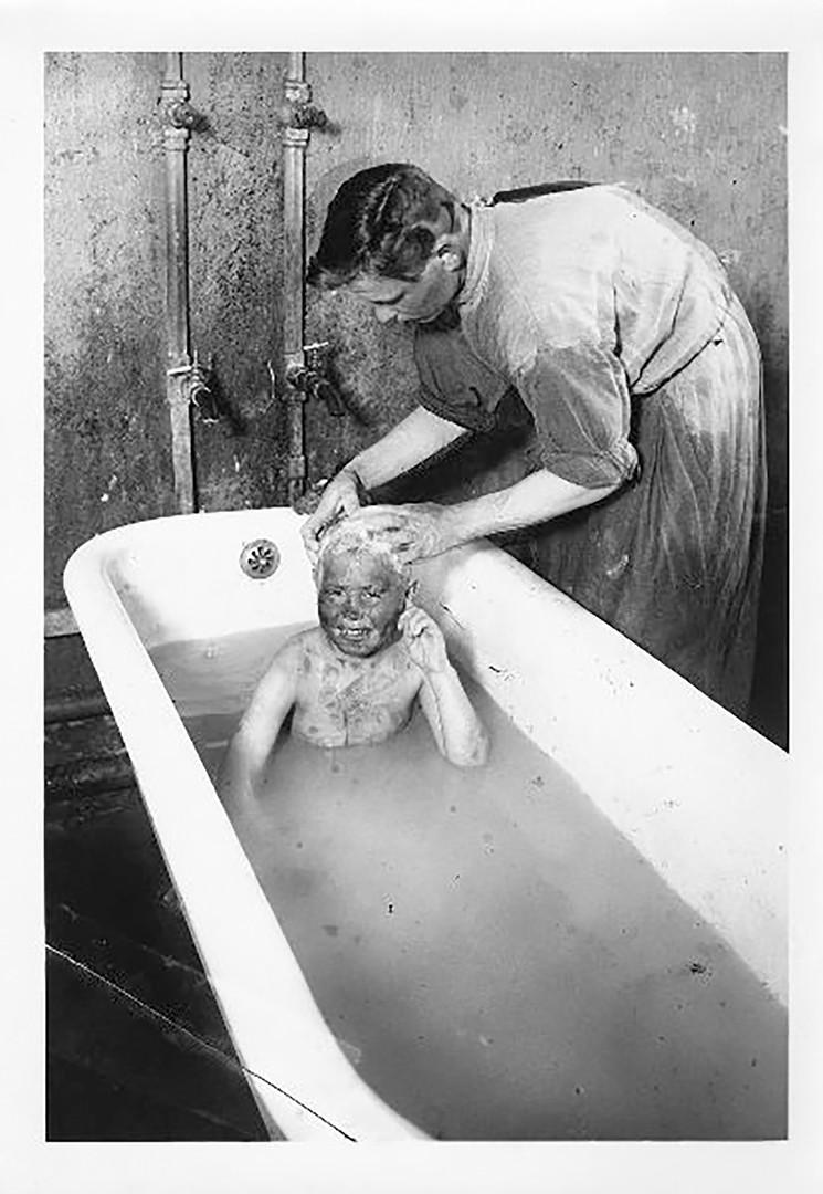 Къпане на бездомно дете, гр. Покров, 1927 г.