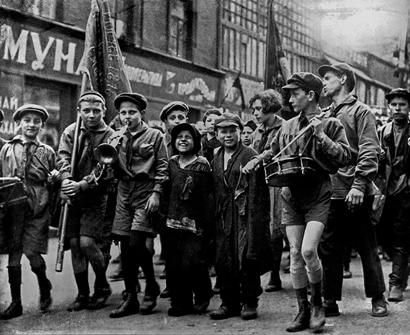 Бездомни деца и пионери по време на първомайска демонстрация, 1920-те г.
