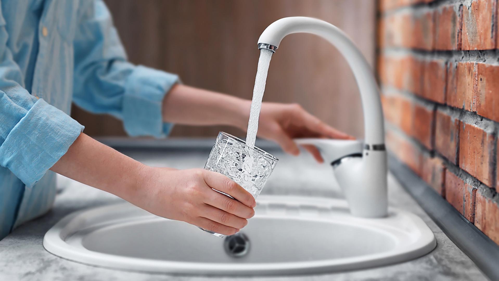 L'acqua del rubinetto? Meglio usarla solo per lavarsi, quella del rubinetto infatti non è potabile
