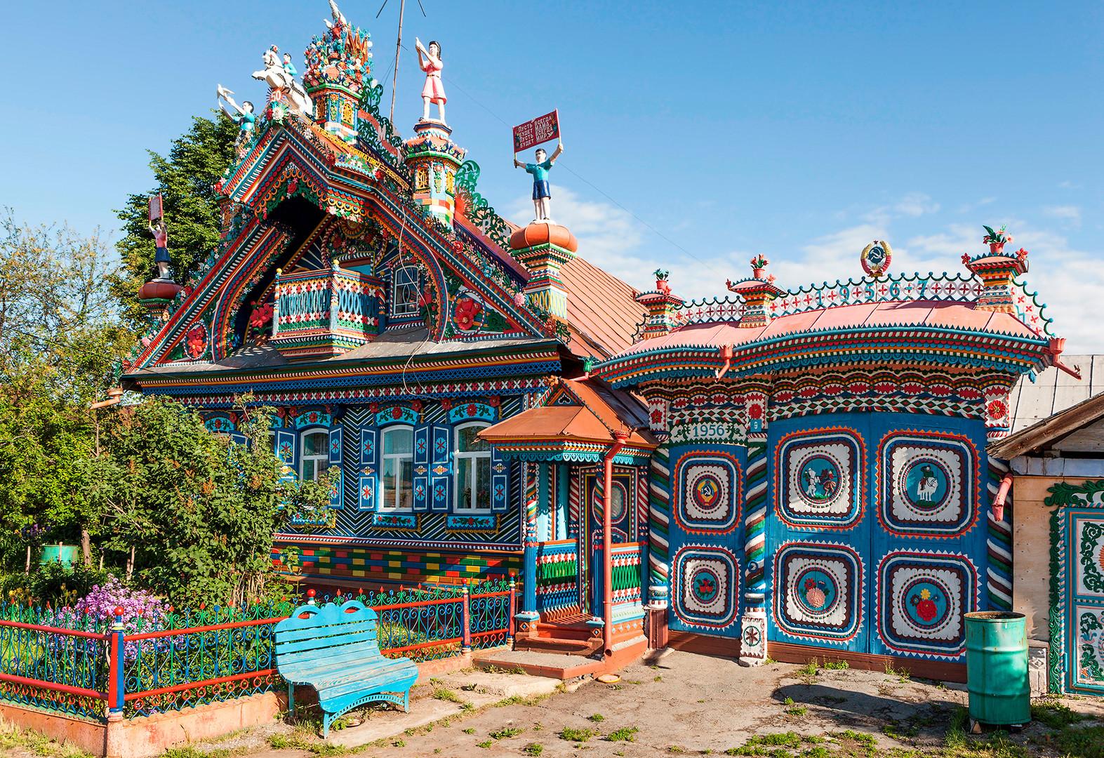 Свердловска област, красива дървена къща в село Кунара.