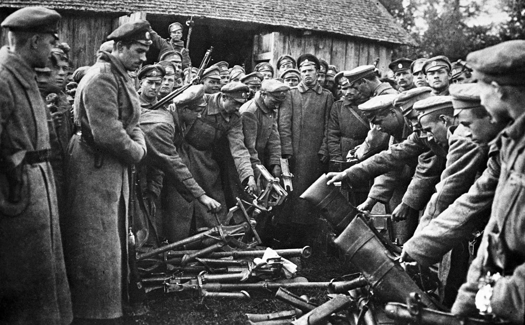 Die Soldaten von General Kornilow geben ihre Waffen ab.
