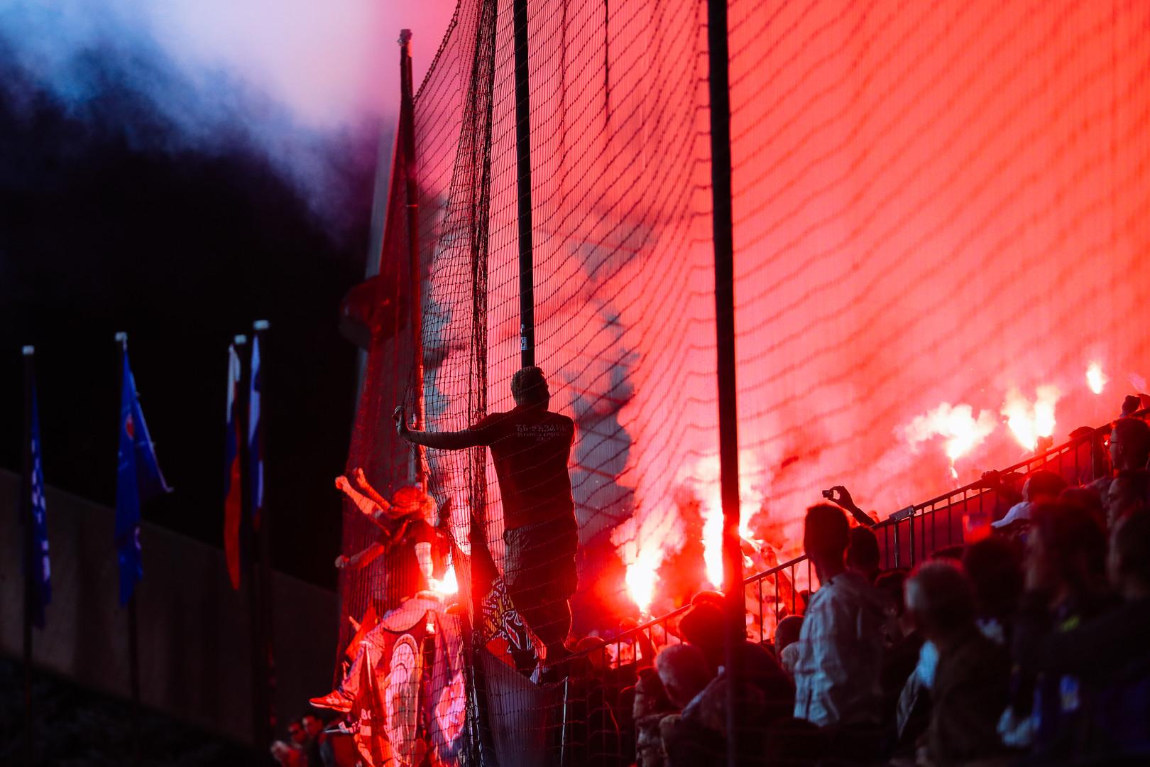 Navijači Spartaka, ki so jim na tribunah pomagali tudi navijači Crvene zvezde.