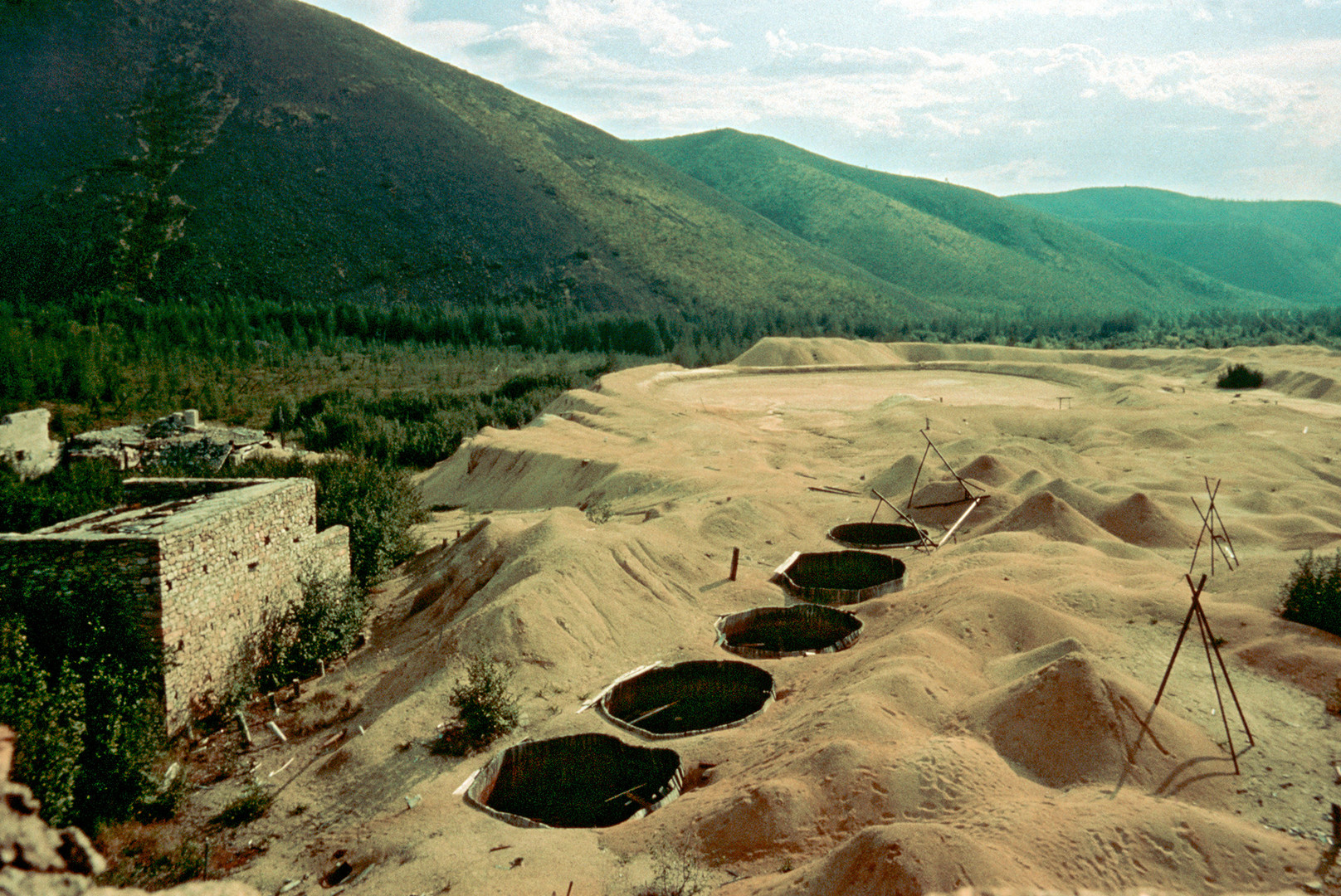 Многи затвореници логора Бутугичаг на Колими умрли су приликом ручног ископавања калаја и уранијума. Радили су у фабрици за обогаћивање уранијума без икакве заштитне опреме.
