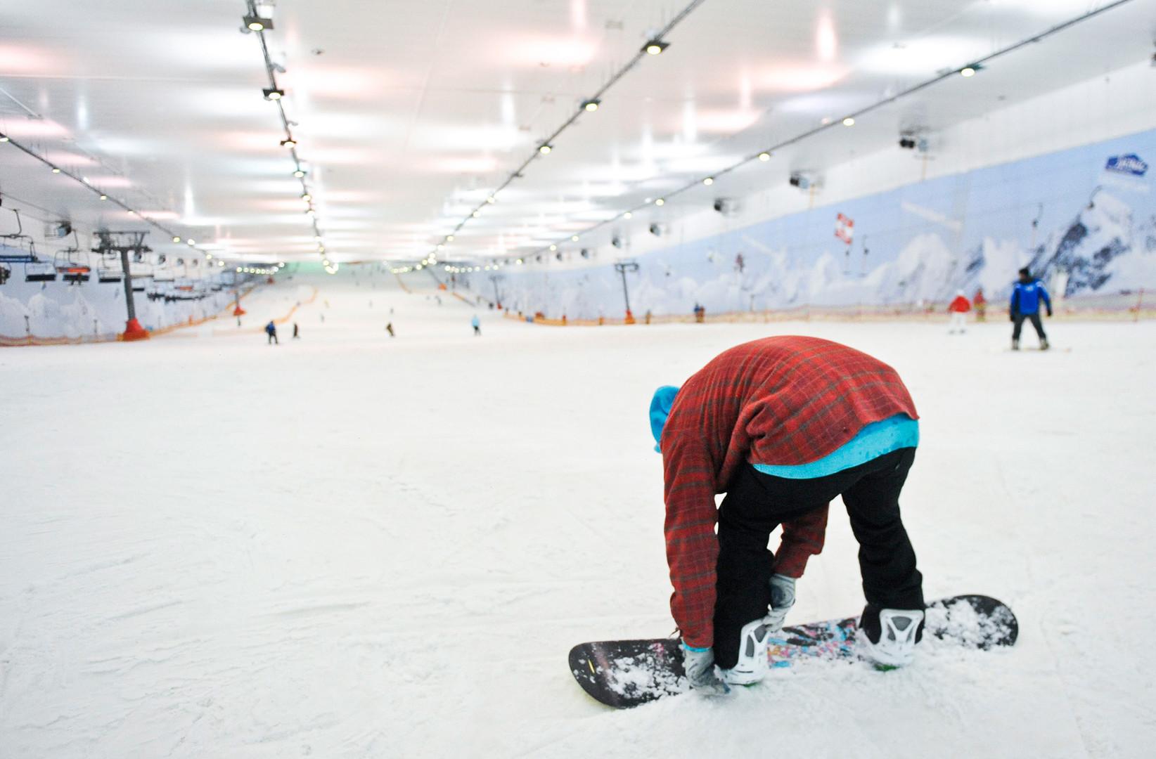 A snowboarder at Snej.com indoor ski slope