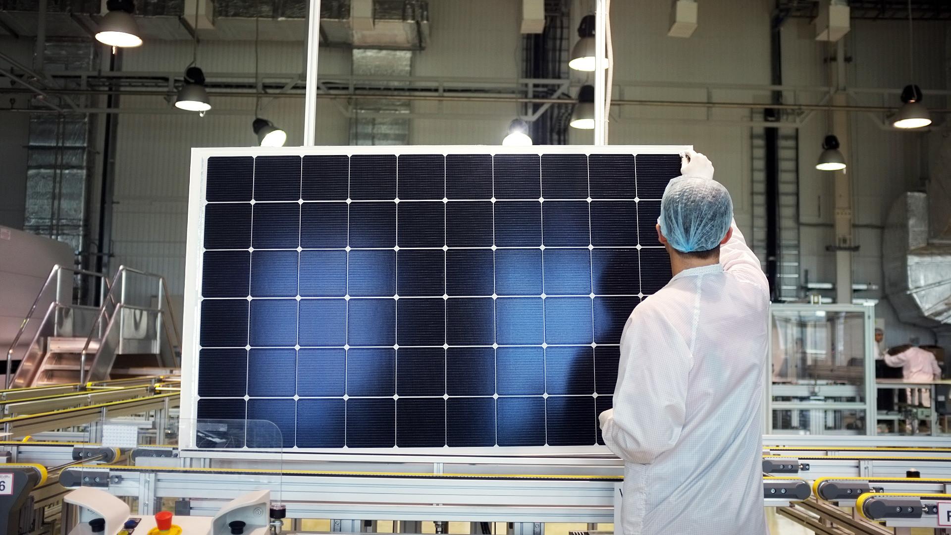 Nella sede di Hevel, società che a Mosca produce pannelli solari