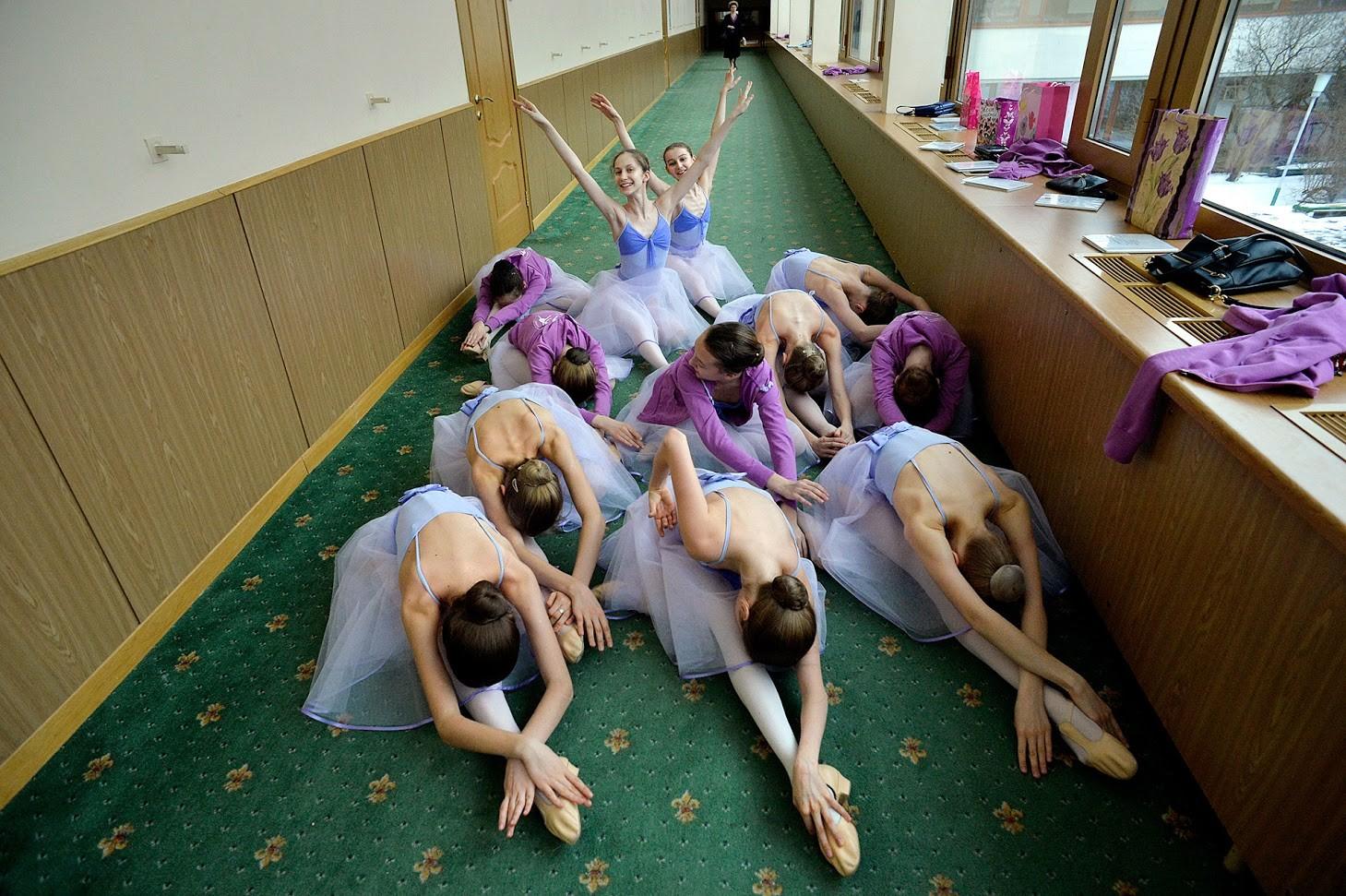 Ученици репетират в коридора преди час в Академията на Болшой театър.