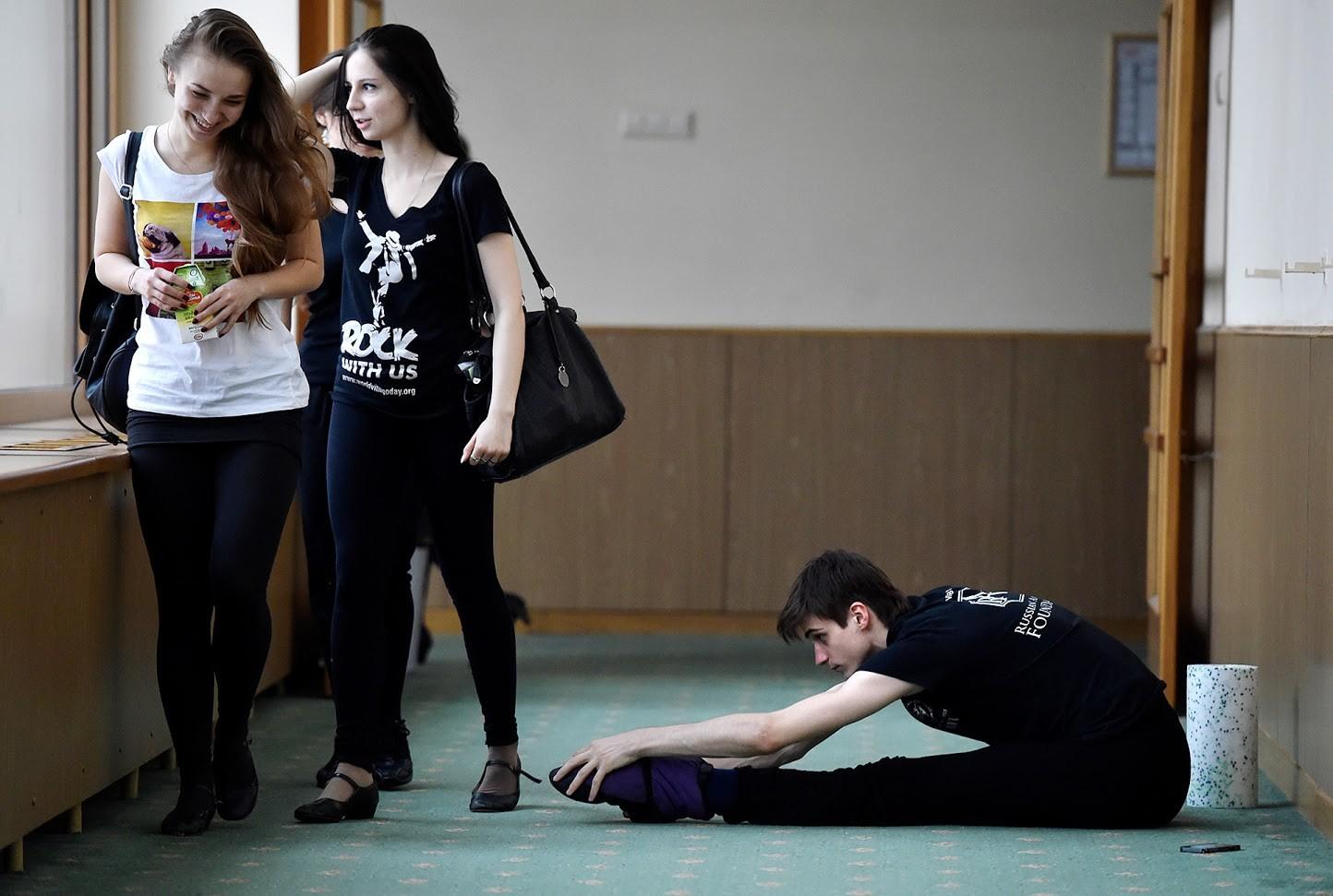 Ученик се разтяга в коридора на Академията на Болшой театър.