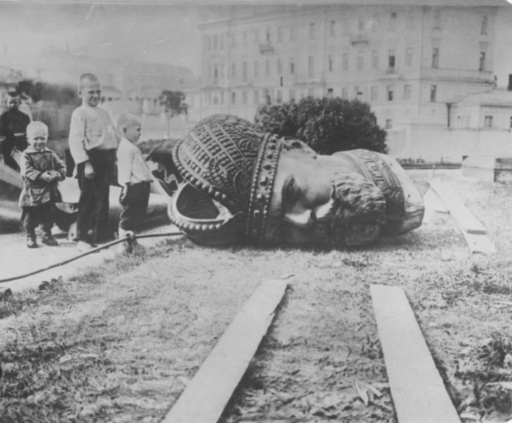 Свалянето на паметника на Александър III в Москва, 1918 г.