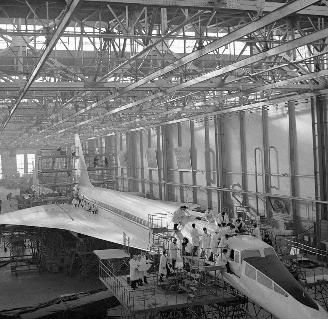 Especialistas na Fábrica de Aviões de Voronej montam um Tupolev Tu-144.