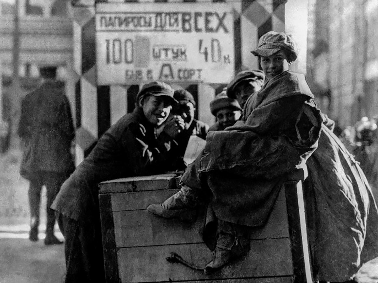 Straßenkinder in Moskau, Starokonjuschennij Pereulok/Arbat, 1920