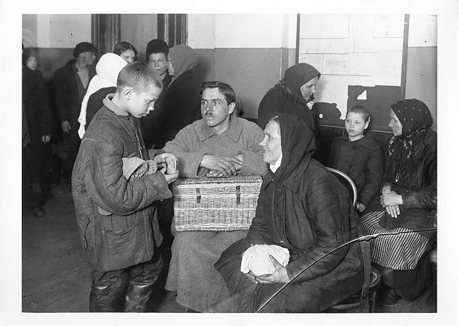 Bauern erziehen ein Straßenkind, 1927