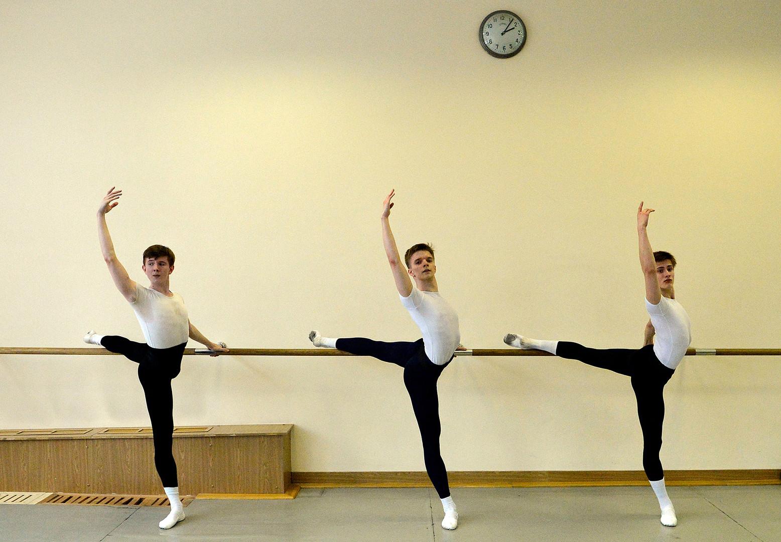 Los estudiantes de la Academia de Ballet del Bolshói durante la clase, Moscú