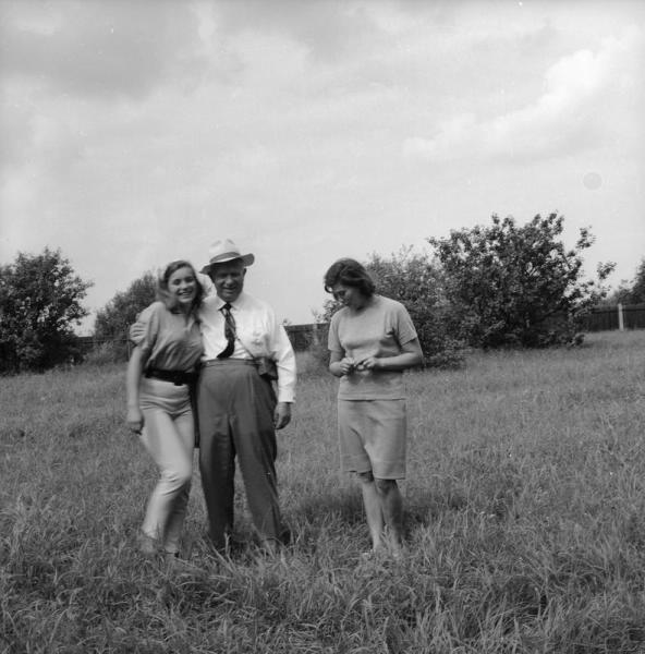 Nikita Hruščov s hčerkama Eleno in Rado.