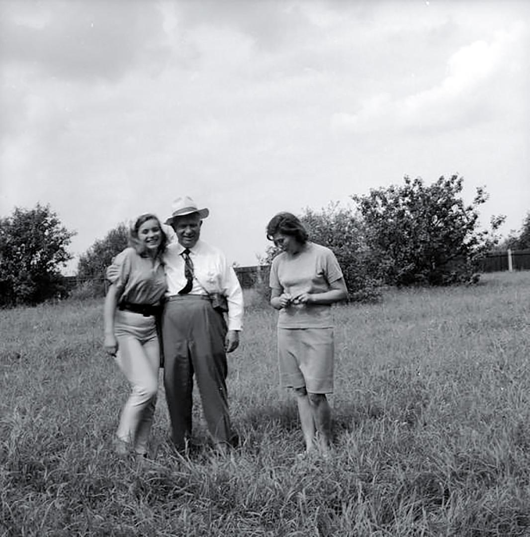 Nikita Khruschov com as filhas Elena e Rada