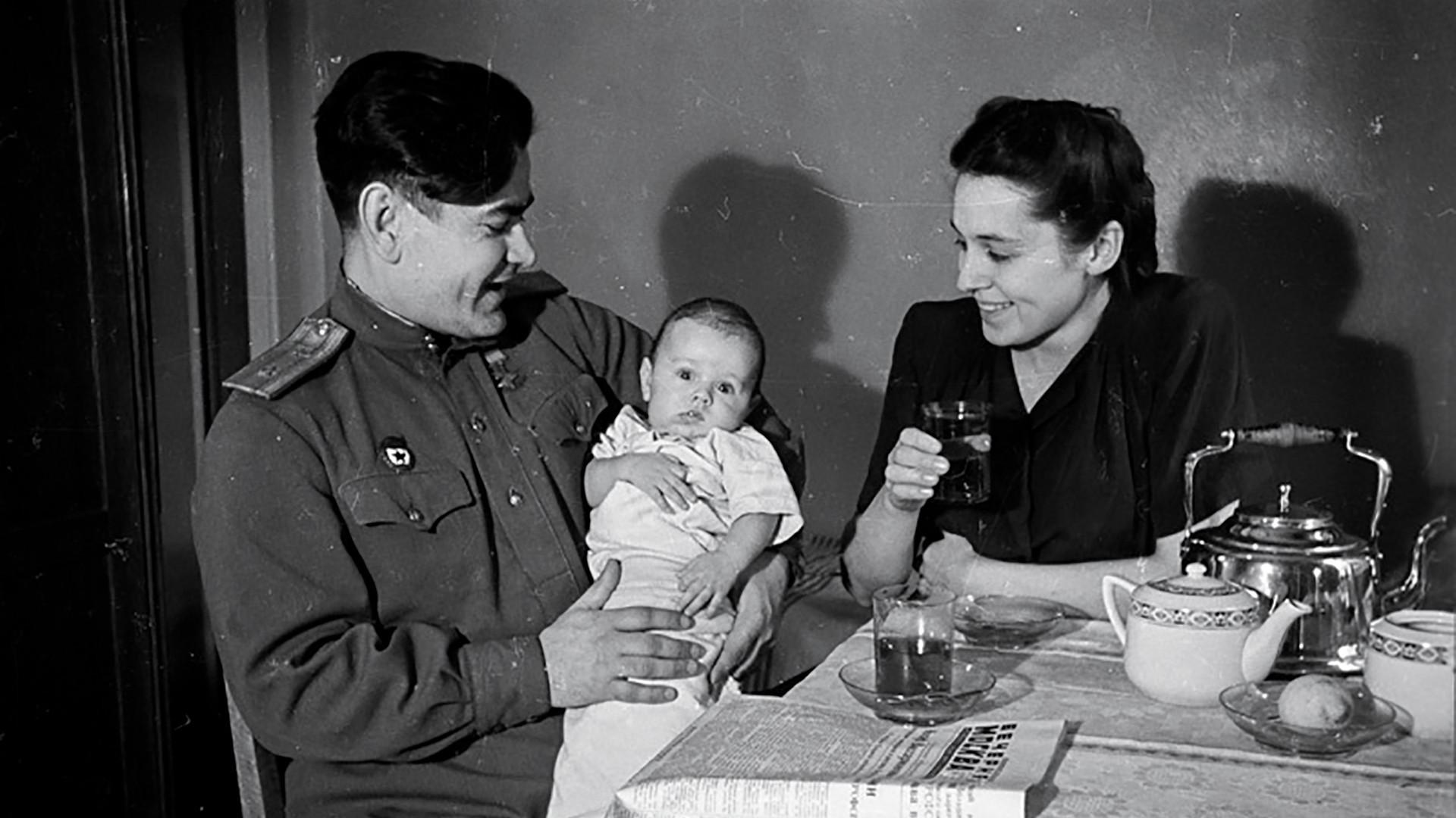 Aleksêi Maresiev com a esposa Galina e o filho Víktor
