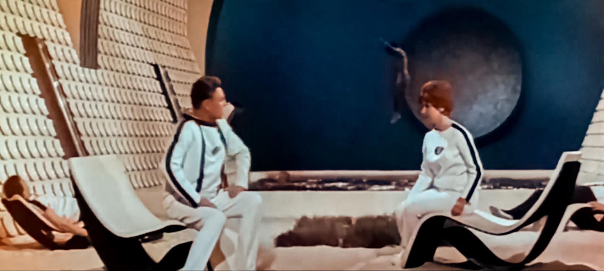 """No soviético """"Tumannost Andromedi"""", nave espacial tinha detalhes interessantes, como piscina com trampolim."""