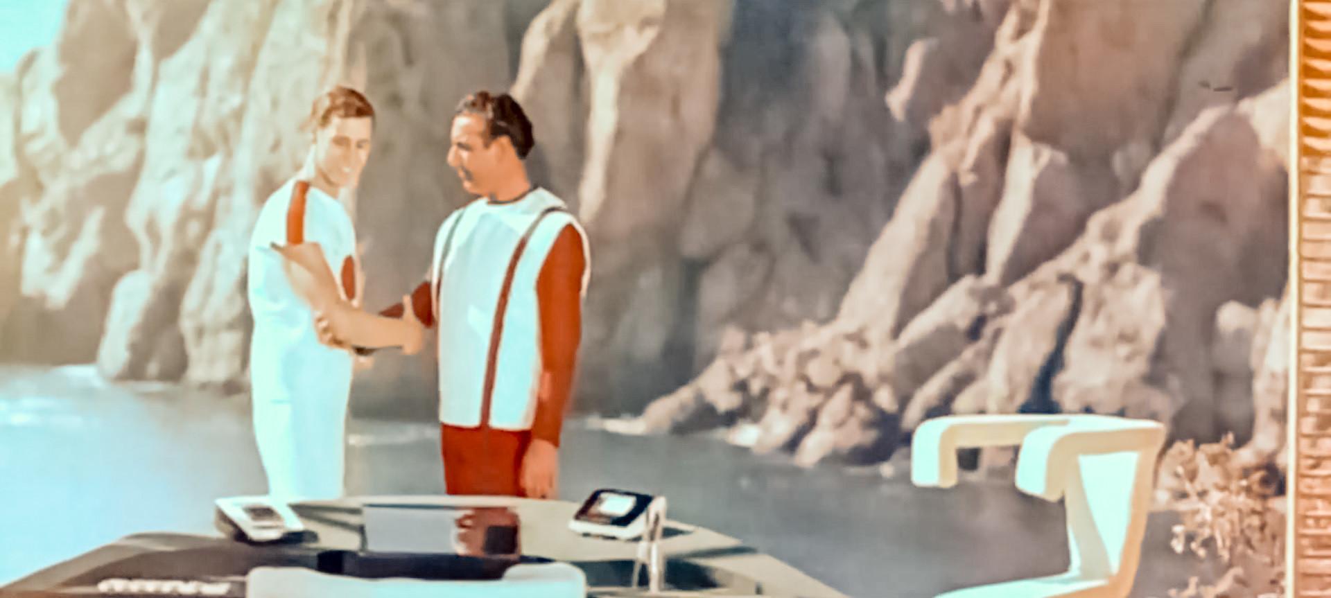 """O visionário """"Tumannost Andromedi"""" (1967) traz equipamentos sem fio e algo que se parece com um notebook."""