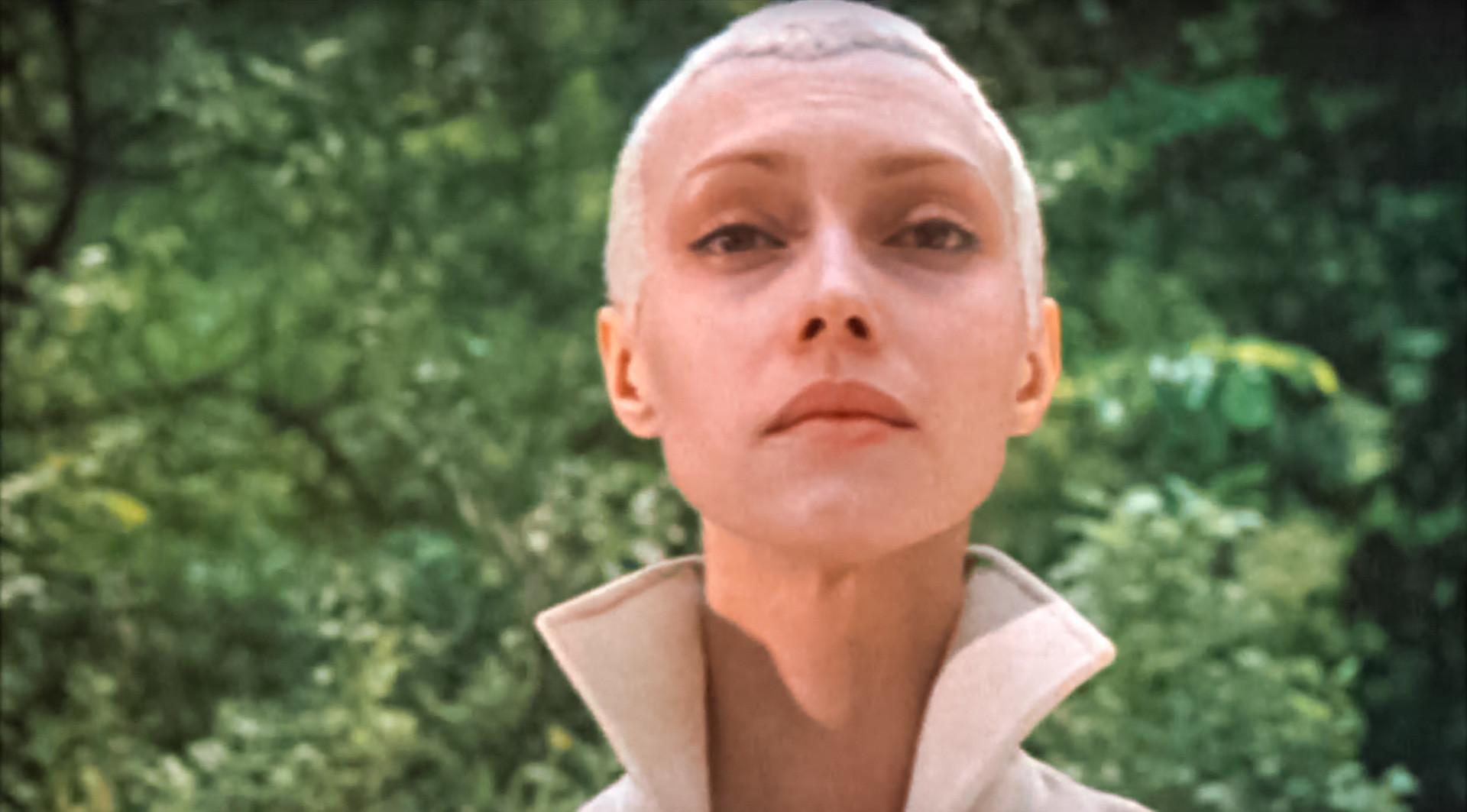 """No soviético """"""""Tcherez terni k zviozdam"""" (1980), Nia tem a missão de salvar o planeta Dess, segundo roteiro de Kir Bulitchóv."""