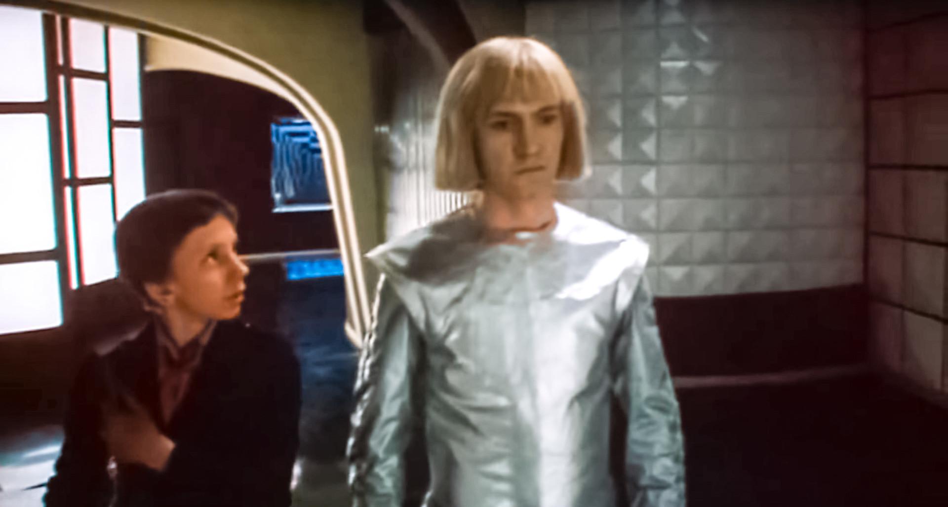 """Em """"Gostia iz budushego"""" (1985), garoto viaja até o ano de 2084 e conhece robô."""