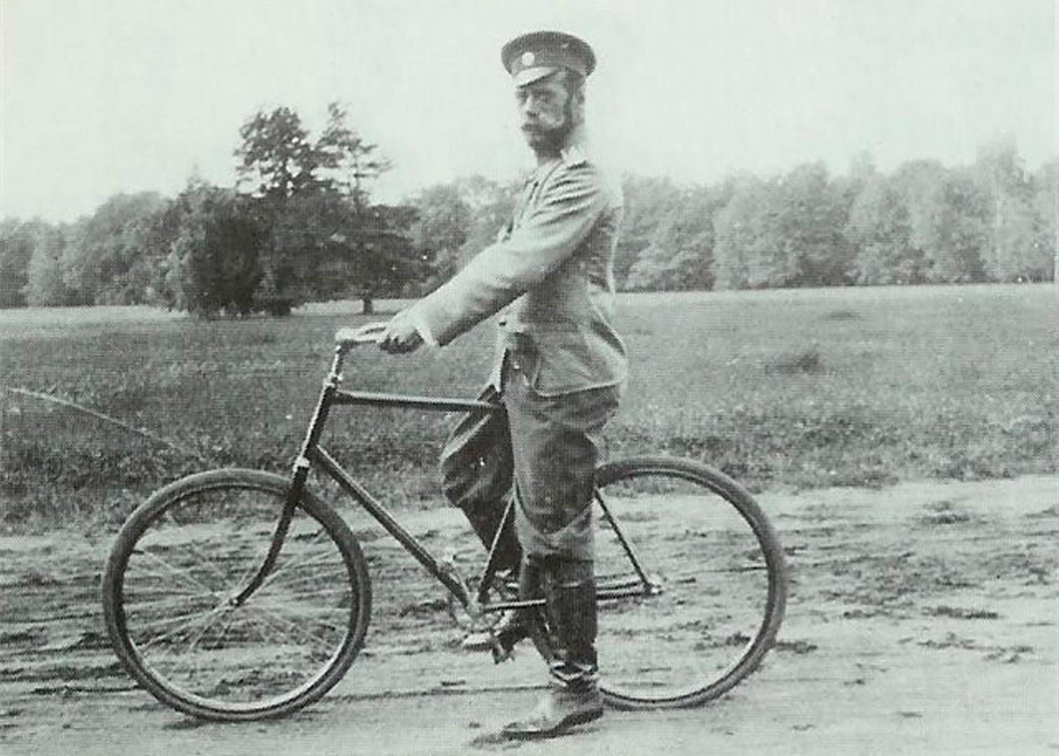 Nikolaj II. na kolesu.