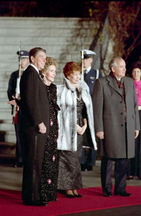 Ronald und Nancy Reagan und Michael Gorbatschow mit seiner Ehefrau Raissa 1987