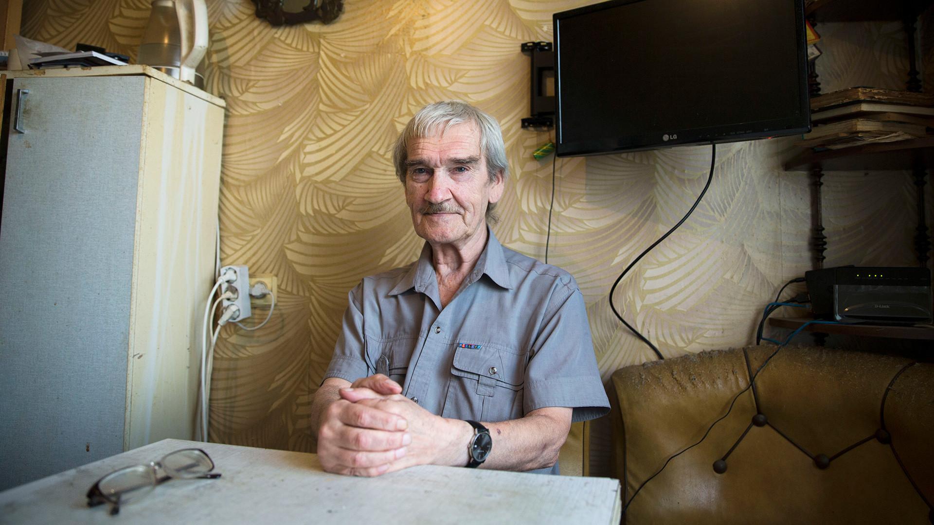 Бивши официр совјетских снага противваздушне одбране позира на фотографији у својој кући у Фрјазину, Московска област, Русија.