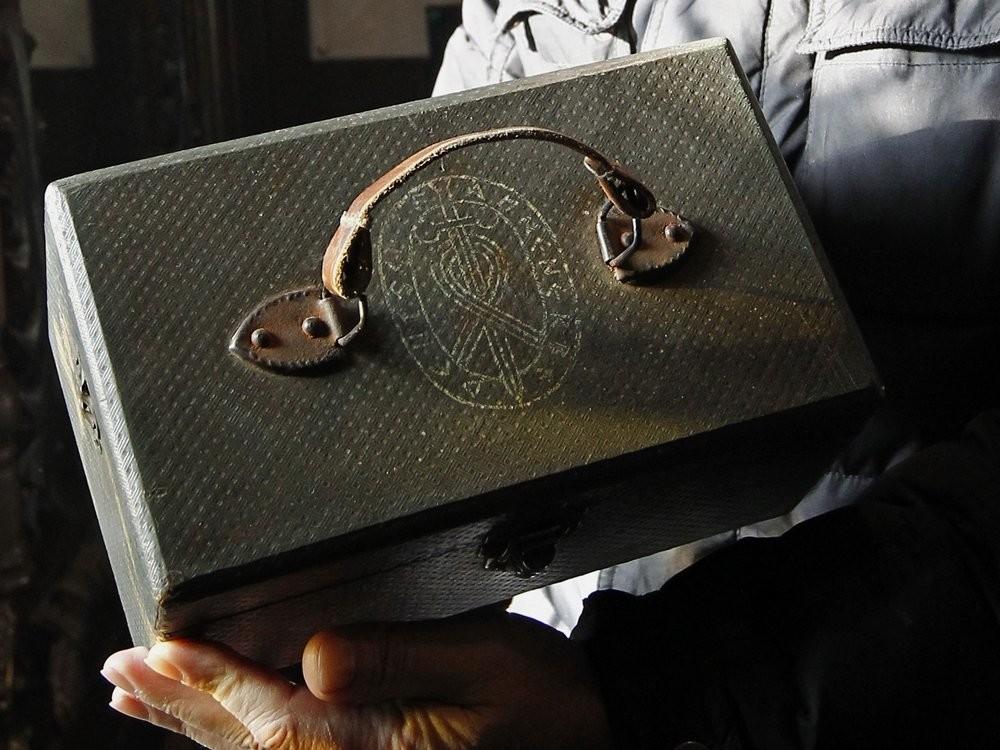 …Разглеждаме капака на куфара, на който ясно се вижда официалната емблема на