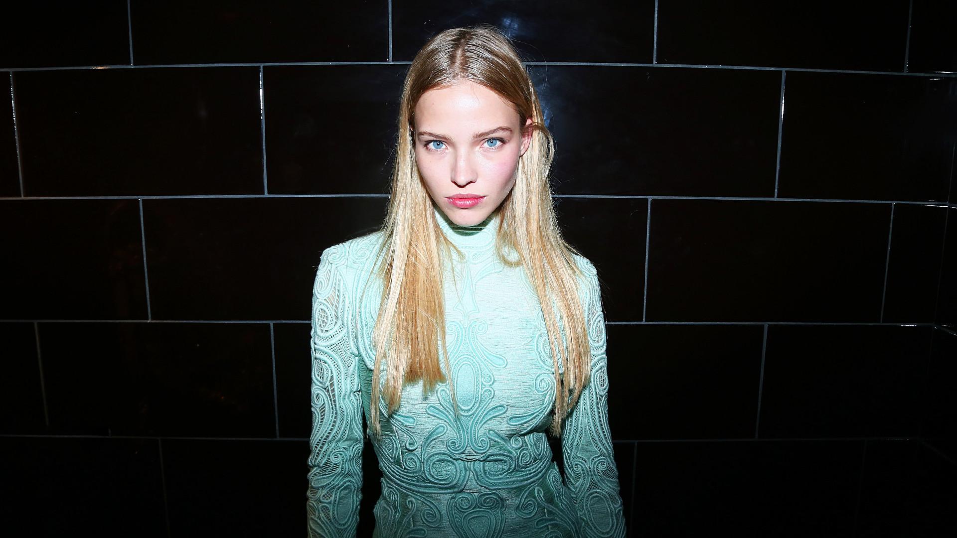 Моделът Саша Лус на едно от партита в рамките на Paris Fashion Week.