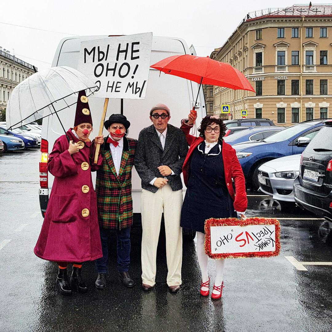 Protesto de palhaços em São Petersburgo. No cartaz, lê-se: