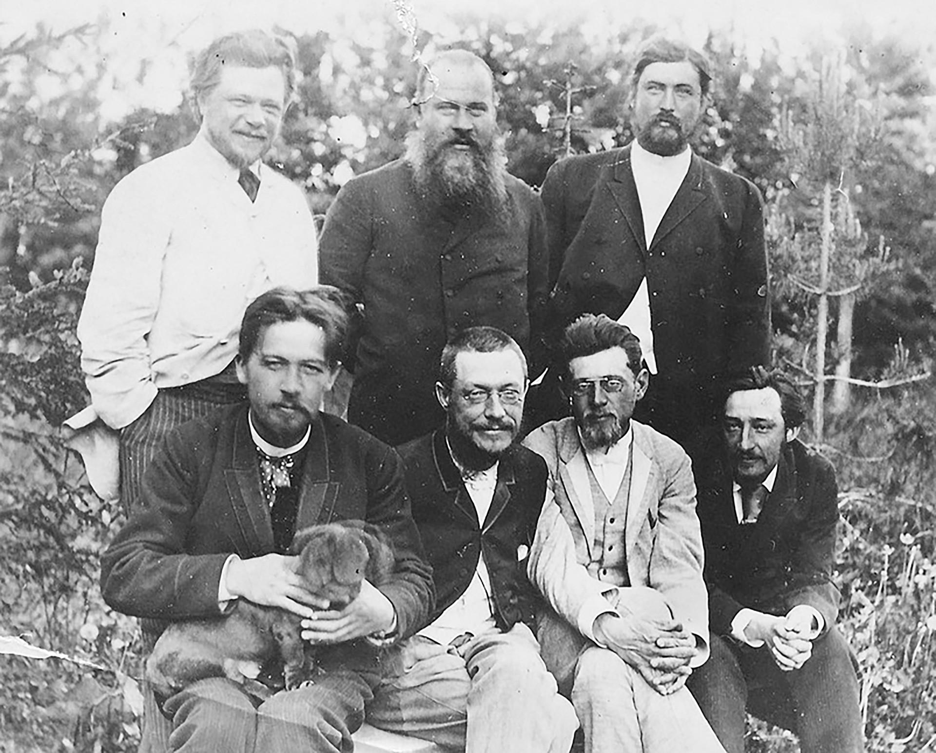 Tschechow (unten links) auf seinem Landhaus in Melichowo bei Moskau: Außer weniger bedeutenden Regionalpolitikern ist auch einer seiner geliebten Dachse dabei. Und weil Tschechow Arzt war, gab er ihnen medizinische Namen - Brom und China.