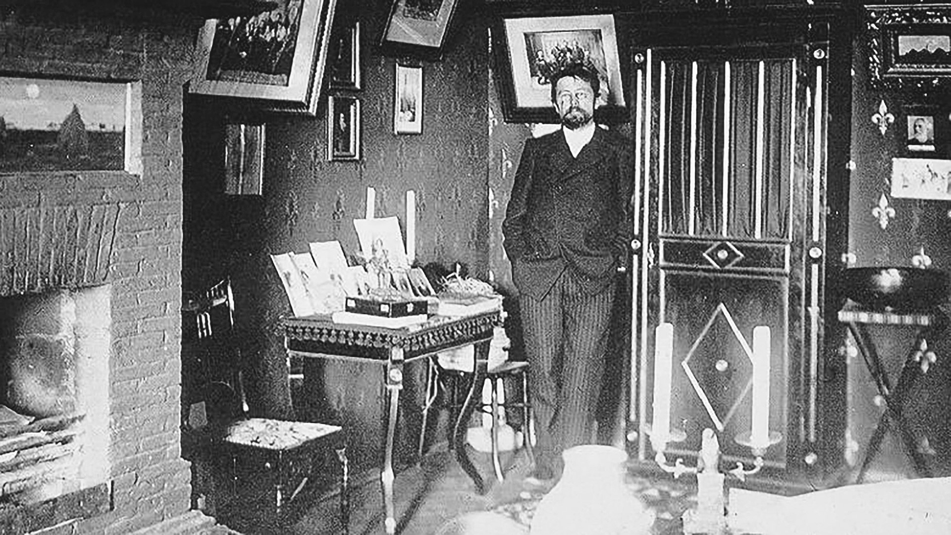 1898 verbrachte Tschechow viel Zeit auf der Krim, um seine Tuberkulose-Erkrankung zu heilen. Er kaufte sich sogar ein Häuschen dort, weil der das Klima so liebte. Heute befindet sich in seiner Datscha ein Tschechow-Museum.
