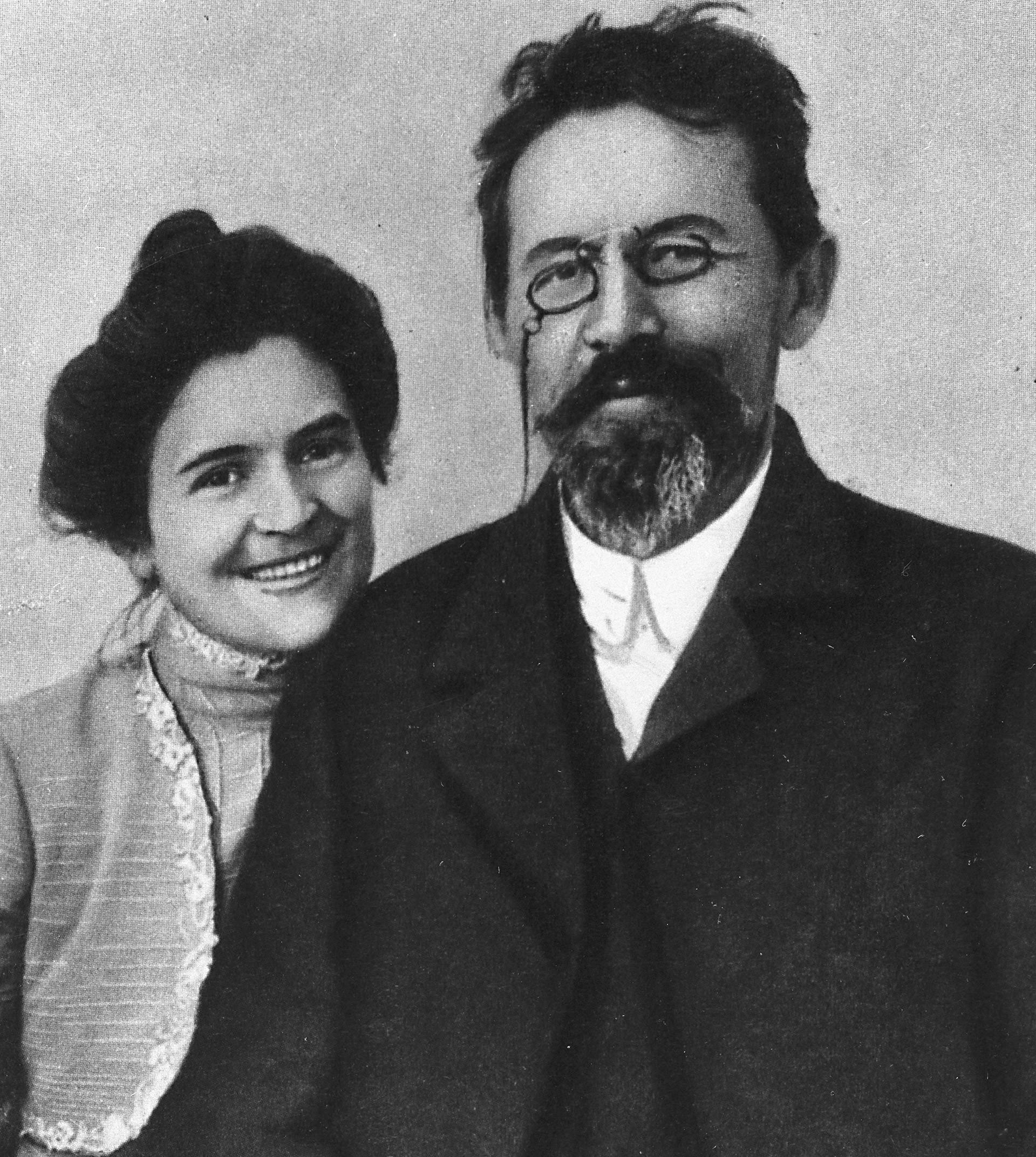 Und dies ist eines der seltensten Bilder des Dramatikers - denn hier lächelt er! Bei ihm ist seine Frau Olga Knippe, Theaterschauspielerin, die häufig die Hauptrollen in den Stücken ihres Mannes verkörperte. Kennengelernt hatten sich die beiden auch im Theater: bei Proben für Tschechows