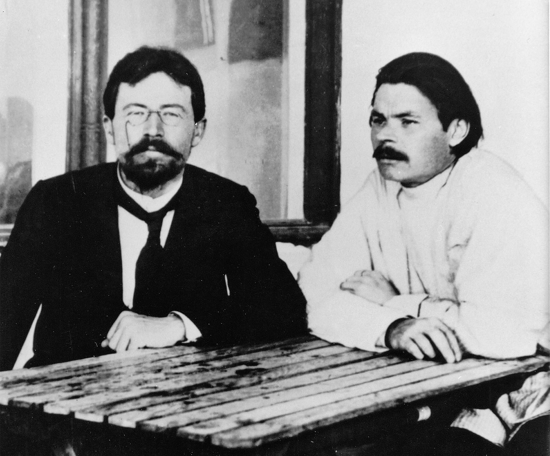 Maxim Gorki vergötterte Tschechow. Nach einer kurzen Korrespondenz will er ihn unbedingt persönlich treffen. Dieses Treffen findet dann auf der Krim statt. Gorki war begeistert von Tschechows innerer Freiheit und bat ihn um zahlreiche stilistische Tipps.
