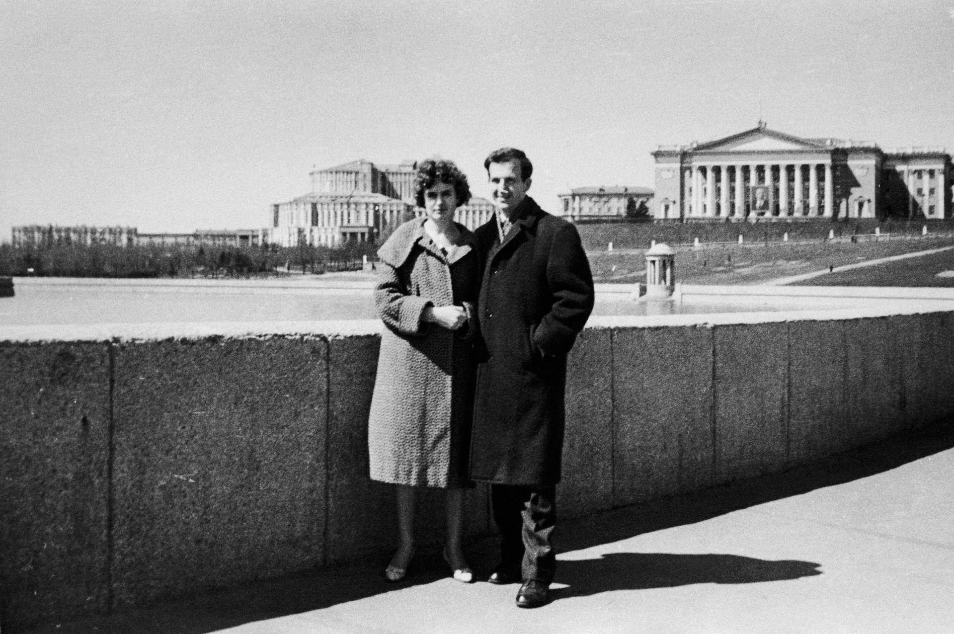 Lee Harvey Oswald con su mujer Marina Prusakova en el parque en Minsk.
