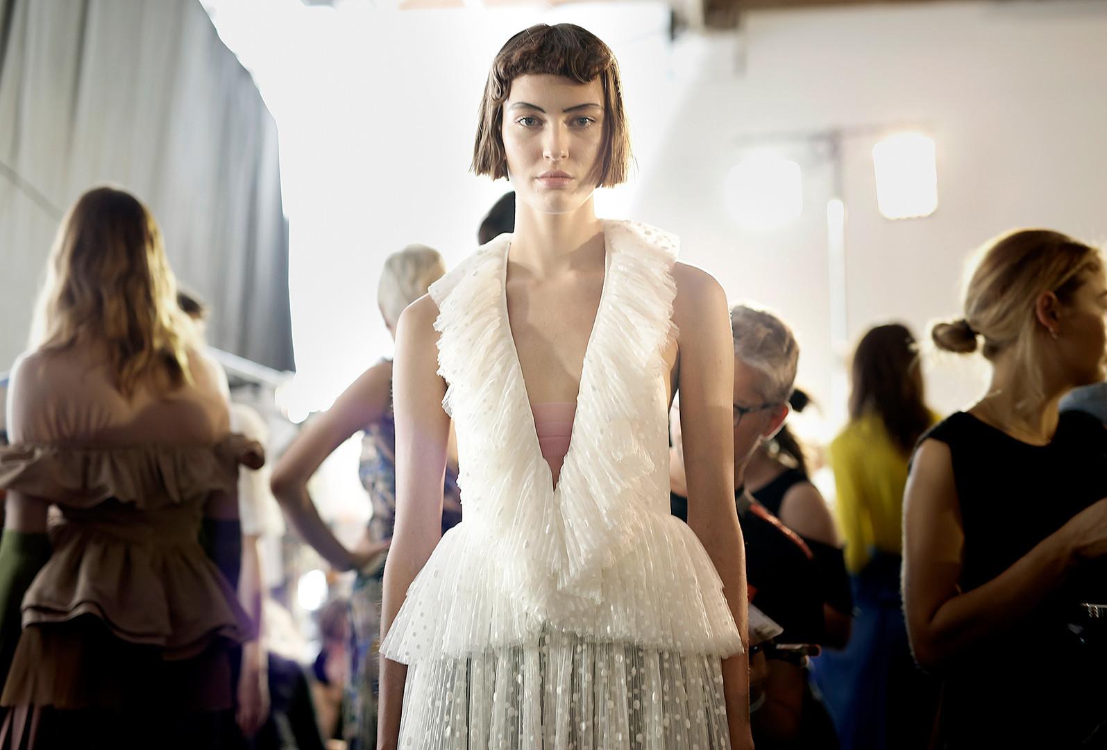 Ania Chiz pozira prije Rochasove revije ženske mode za proljeće/ljeto 2017. na pariškom Tjednu mode, 28. rujna 2016.