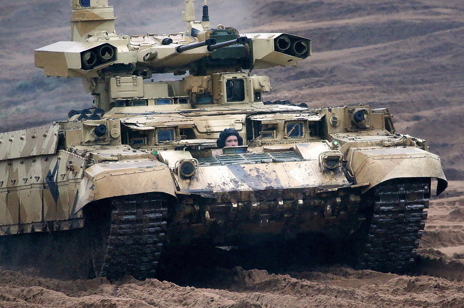 """Тешко оклопно борбено возило за подршку тенкова """"Терминатор 2"""" на војној вежби """"Запад 2017"""", коју су заједнички извеле оружане снаге Русије и Белорусије."""