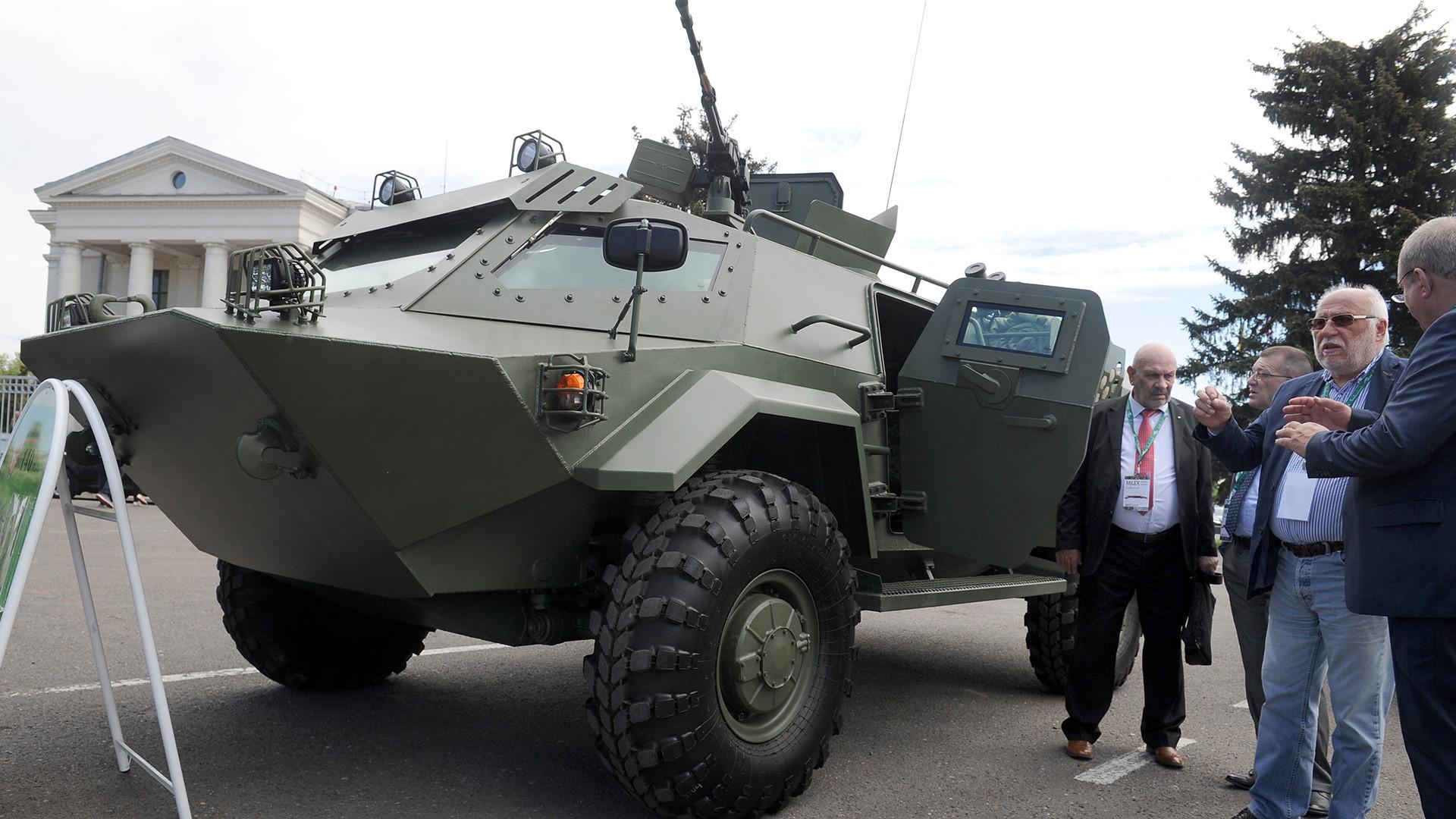 Modelo do blindado exposto em feira em Minsk