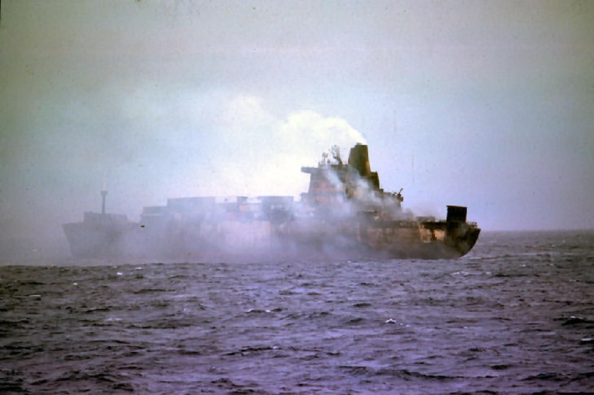El Atlantic Conveyor, tras ser impactado por misiles.
