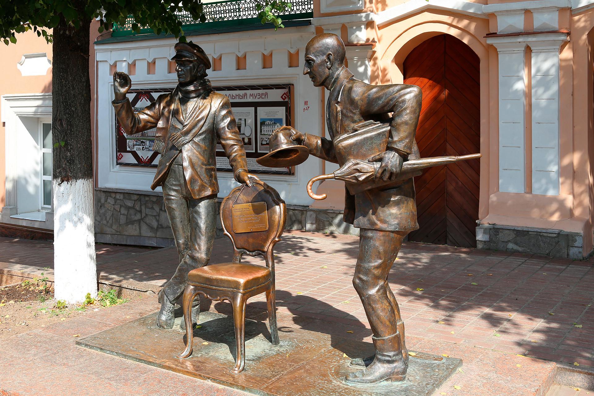 El Monumento a Ostap Bénder y Kisa Vorobiáninov en Cheboksari.