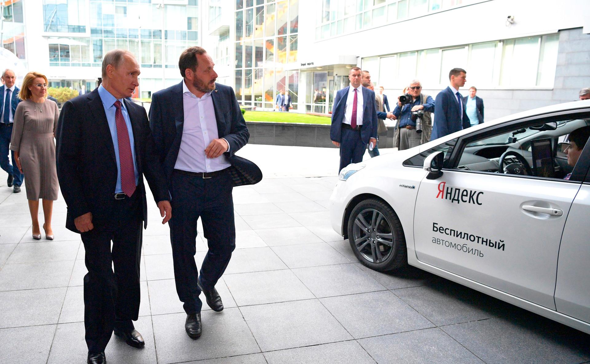 Präsident Putin begutachtet das erste fahrerlose Yandex-Mobil
