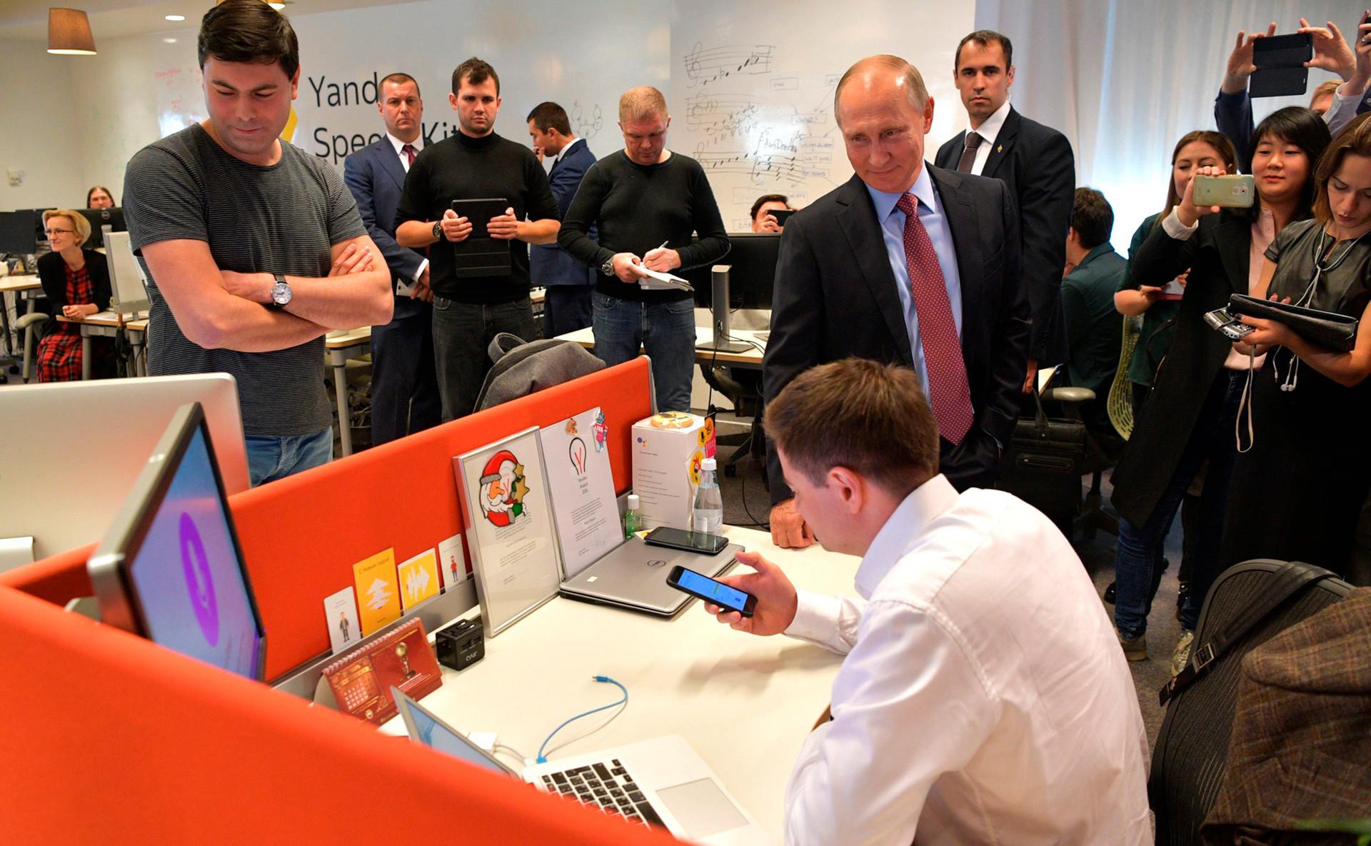 Putin durante su visita a la sede de Yandex.