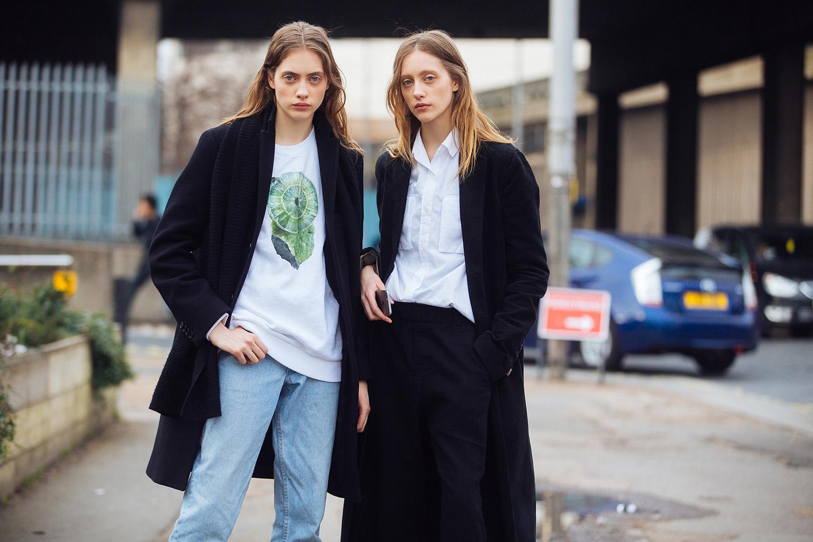 Близначките Лиа и Одет Павлови третиот ден од лондонската Модна недела, 19 февруари 2017.