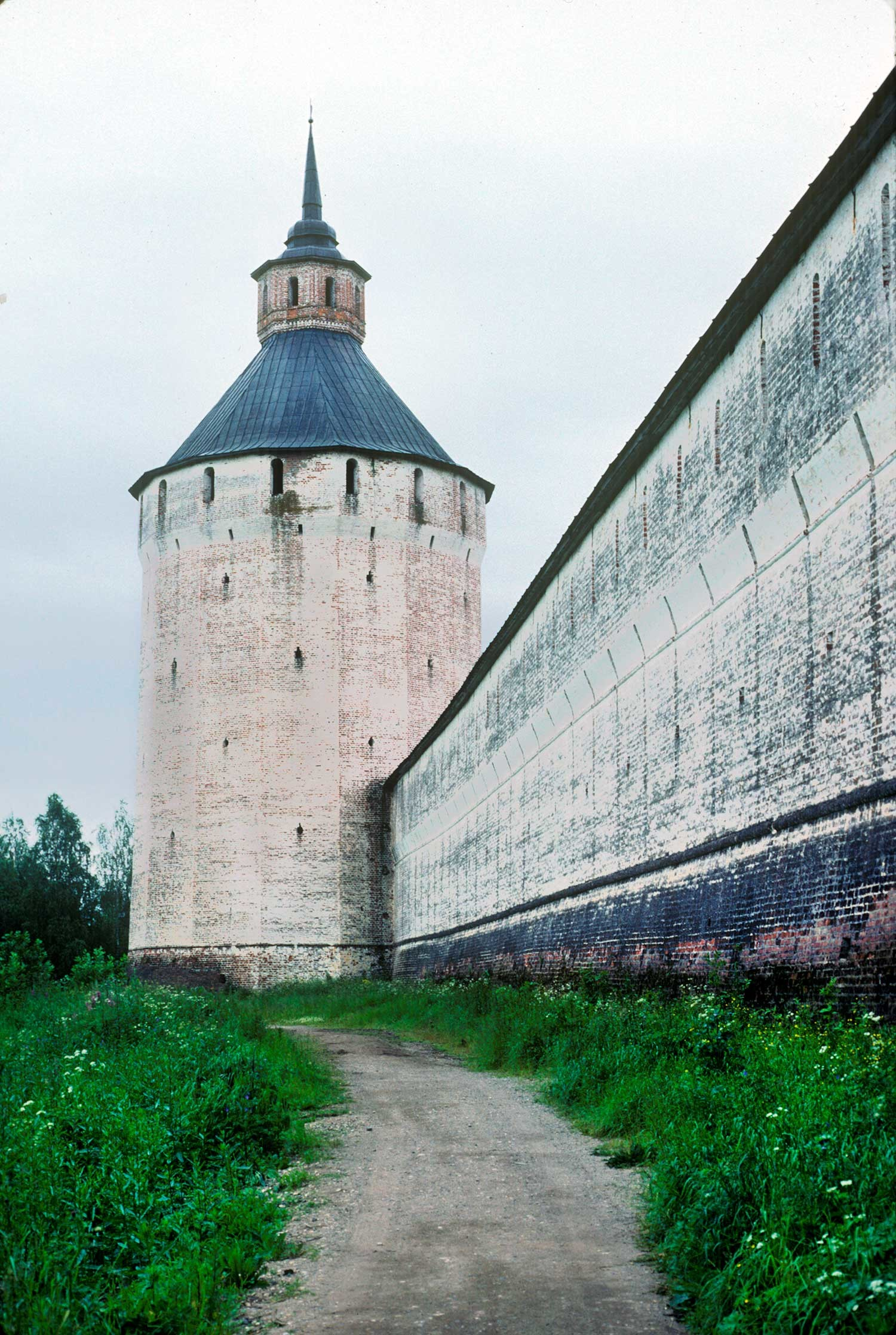 St. Kirill Belozersky Monastery. Ferapontov (Moscow) Tower, south view. Right: west wall. August 8, 1991.