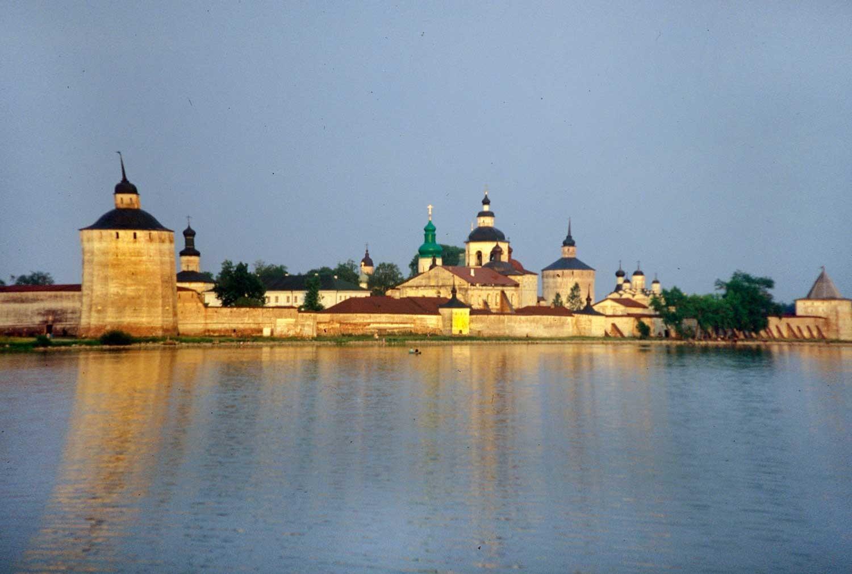 Manastir svetog Ćirila Bjelozjerskog. Pogled s jugozapadne strane, preko jezera Sivjerskoje. 14. srpnja 1999.
